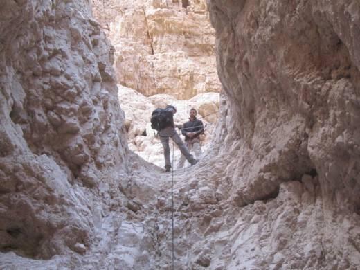 סנפלינג במפל 15 מטר רחף תחתון עם ערוצים בטבע