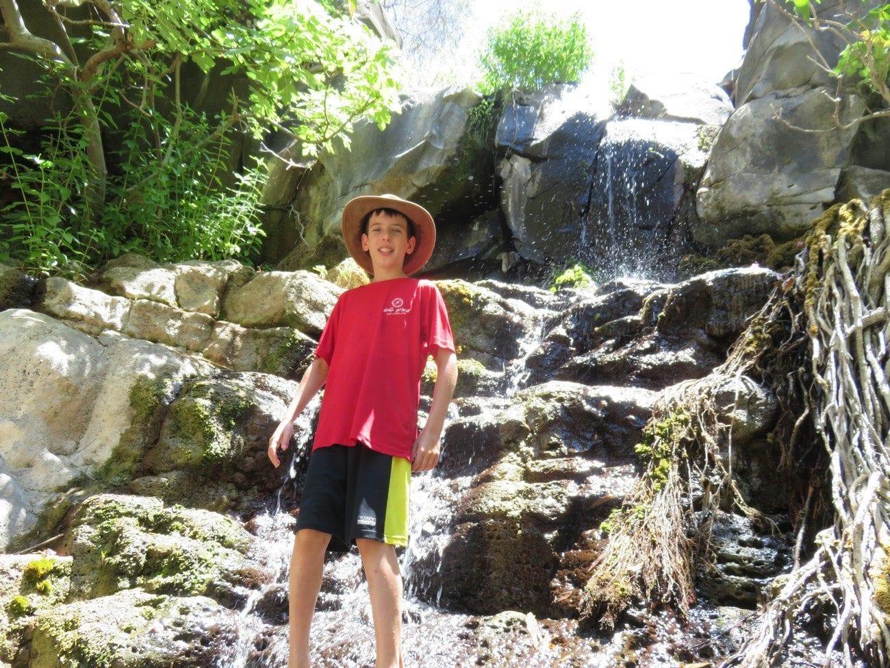 גלישת מצוקים - סנפלינג במפלים עם מים בנחל זויתן נועם בנק