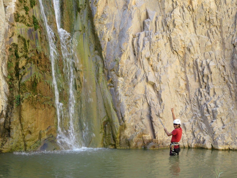 טיול סנפלינג בירדן מפלים זורמים בוואדי פייד ערוצים בטבע
