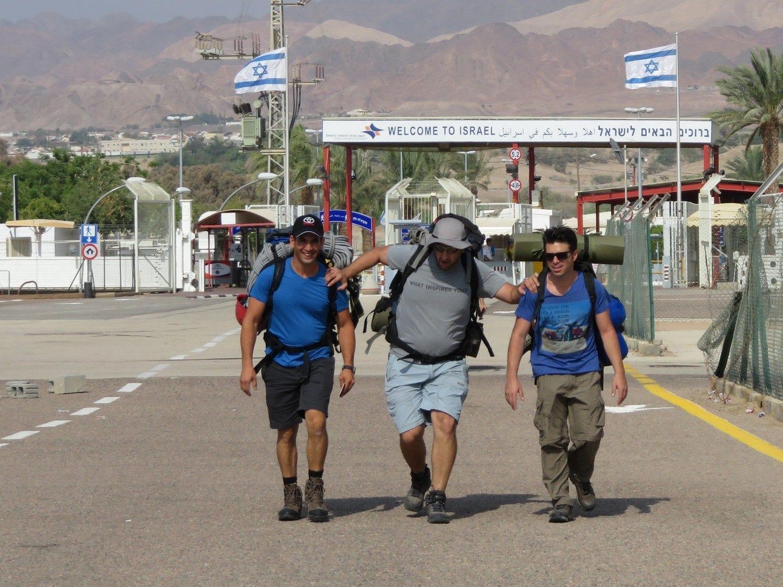 מעבר הגבול לירדן טיול לוואדי פייד עם ערוצים בטבע