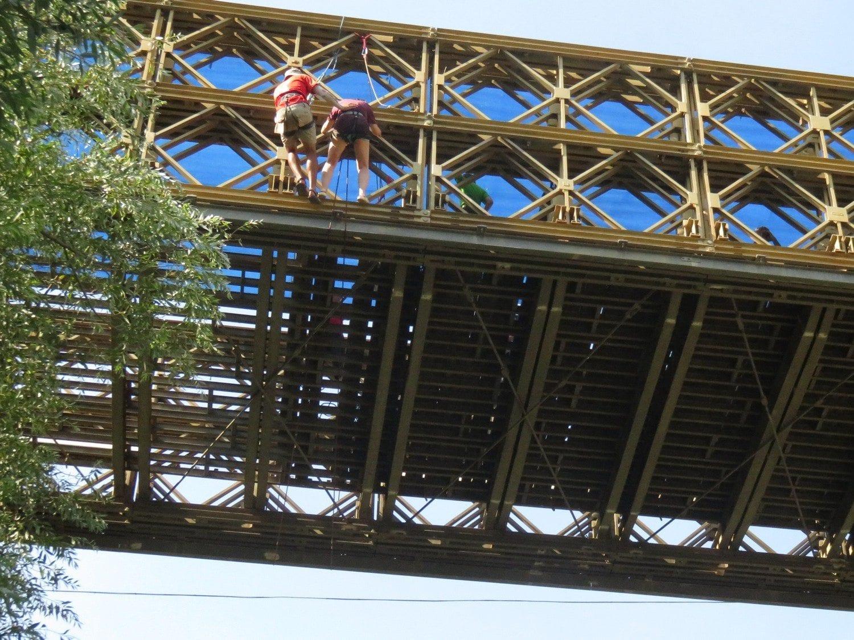 מתכוננים לקפיצה מגשר עם ערוצים בטבע