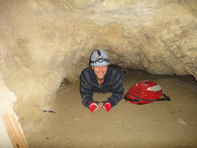זוחלים במערת המלח עם ערוצים בטבע