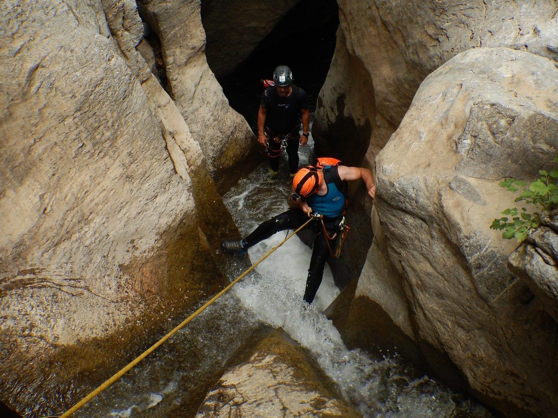 טיול סנפלינג במפלים זורמים כרתים ערוצים בטבע