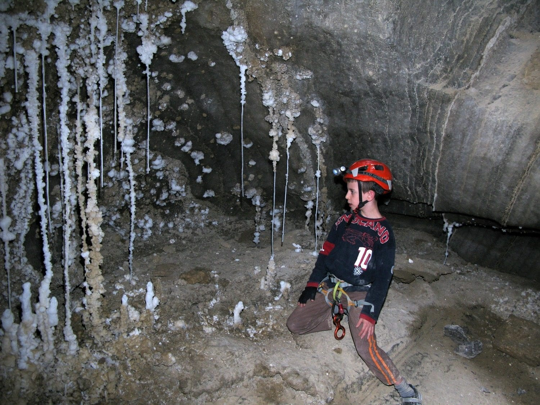 נטיפי מלח ותצורות מלח בטיול למערה עם ערוצים בטבע