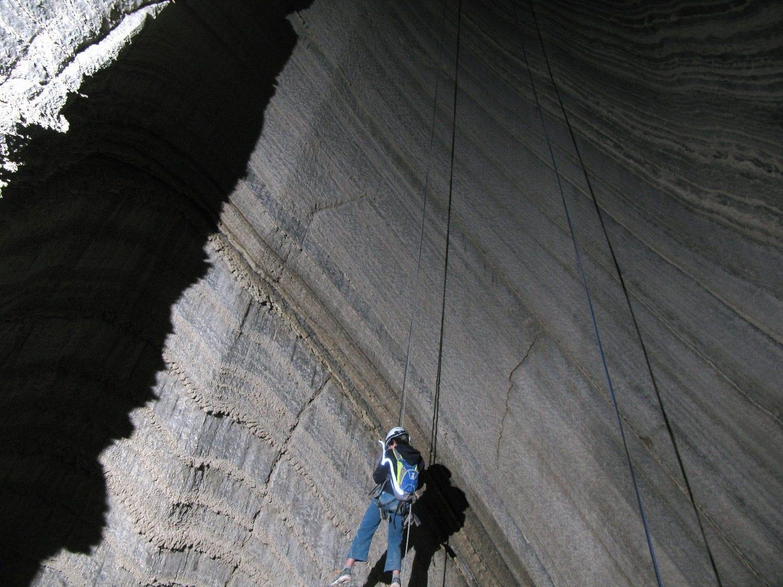 גלישה למערת המלח עם ערוצים בטבע