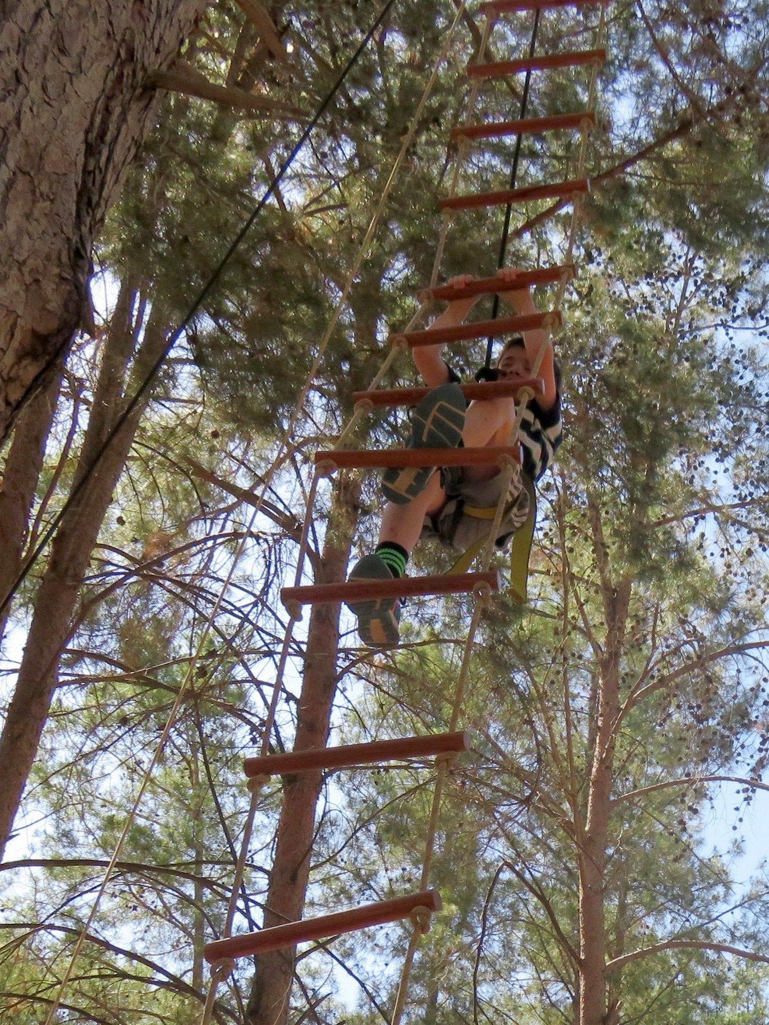 טיפוס לגובה בעזרת סולם חבלים - יום הולדת אתגרי