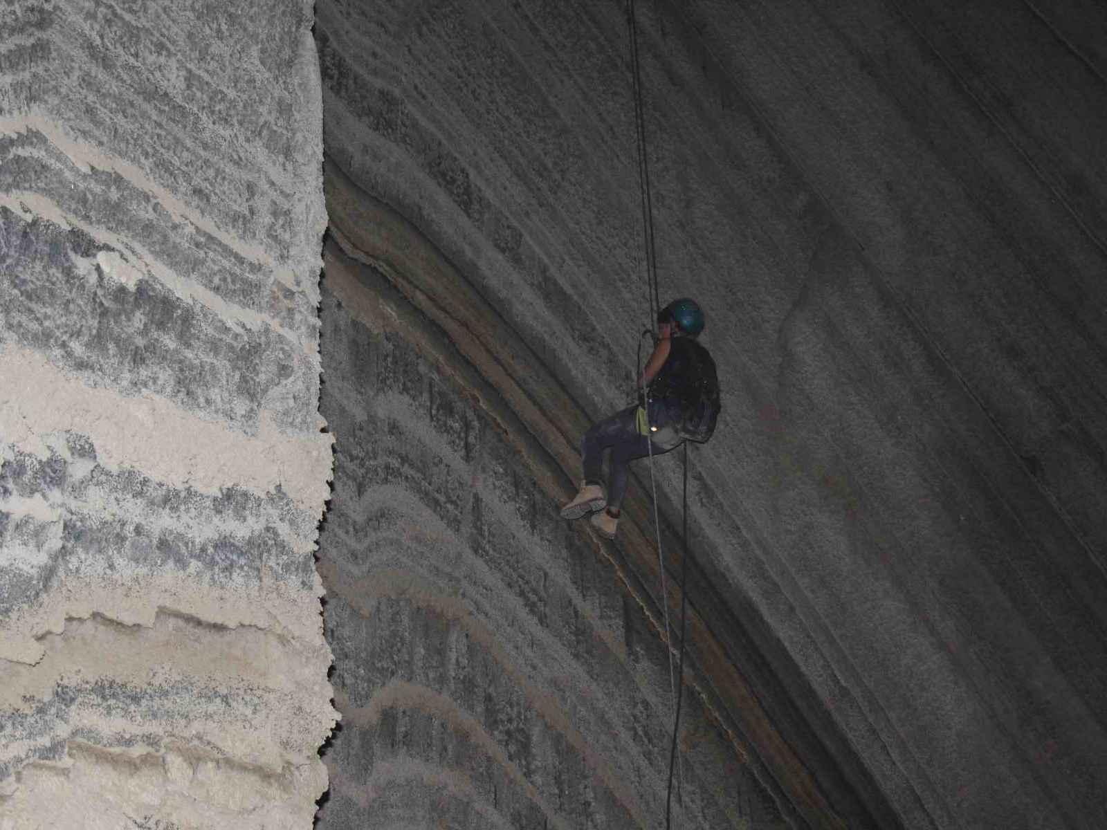 שכבות מלח צבעוניות במערת המלח קולונל עם ערוצים בטבע