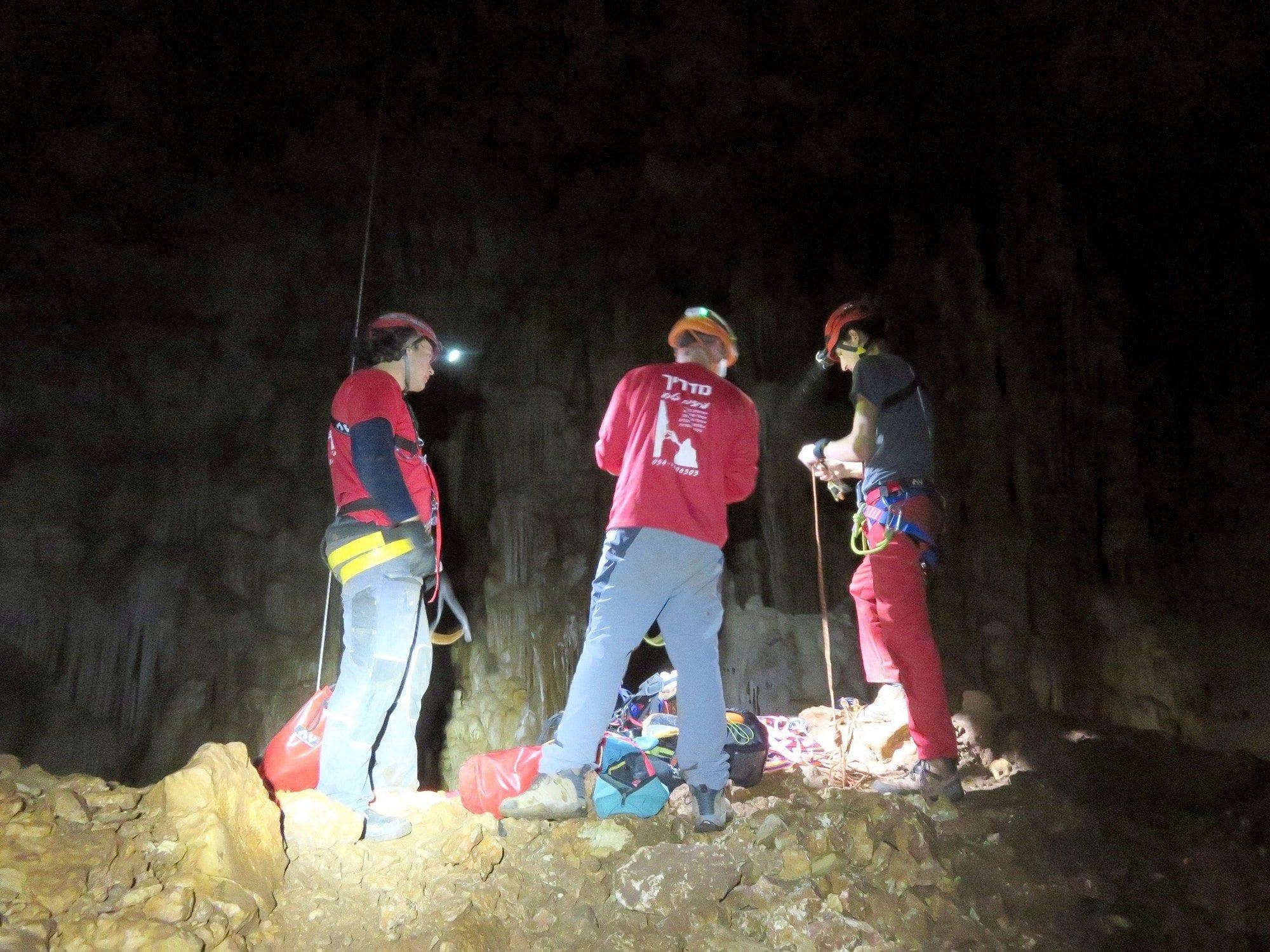 טיול סנפלינג אתגרי למערת נטיפים עם ערוצים בטבע