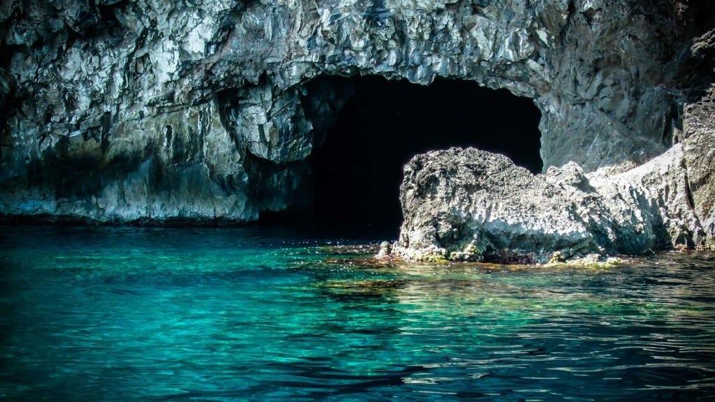 מערות בים פליון יוון ערוצים בטבע