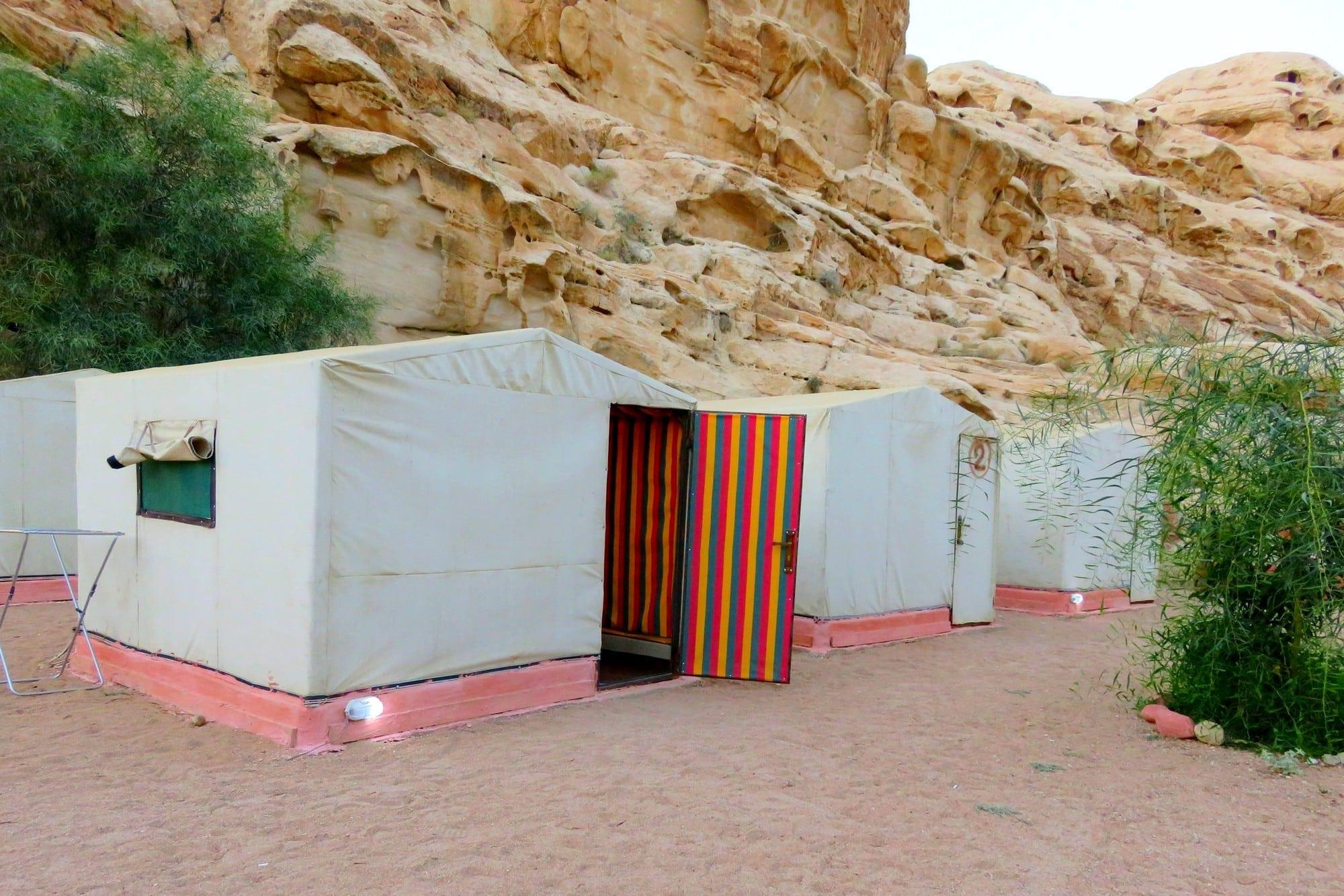 לינה בקמפינג little Petra - ירדן עם ערוצים בטבע