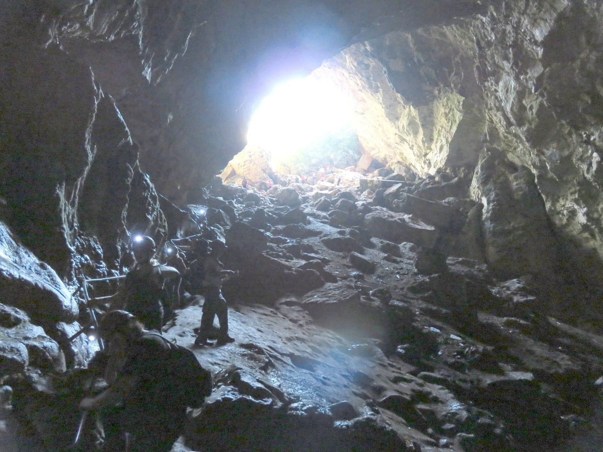 פתח הכניסה הרחב למערת עלמה | ערוצים בטבע