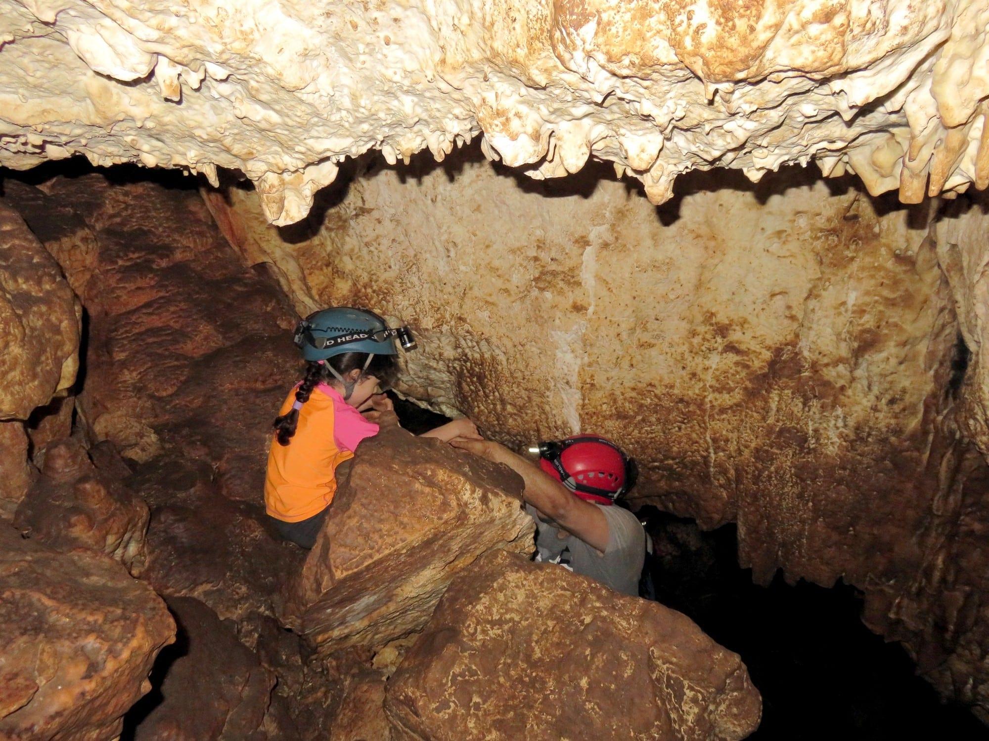 טיול משפחות במערת עלמה בגליל - ערוצים בטבע